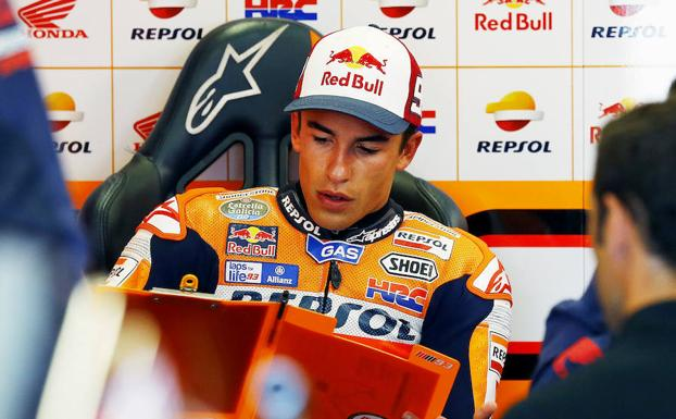 Marc Márquez revisa anotaciones en el box. /REUTERS