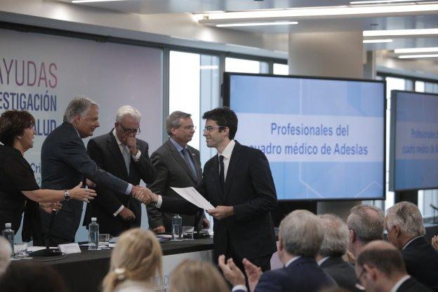 El doctor Ignacio Casanova Peño recibe una de las becas de financiación. :: ÓSCAR CHAMORRO