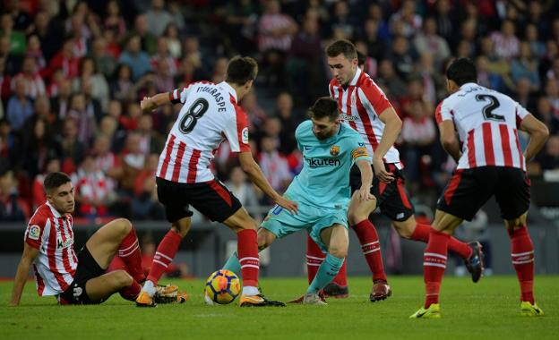 Leo Messi, rodeado de futbolistas del Athletic, en una acción del partido disputado en San Mamés. :: Vincent West / reuters/