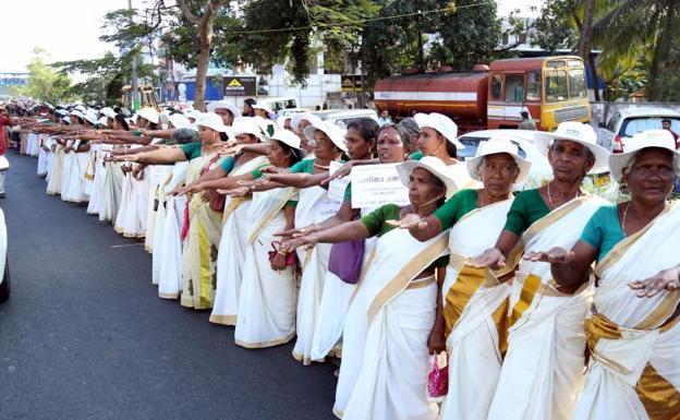 Dos mujeres rompen con una vieja tradición en la India