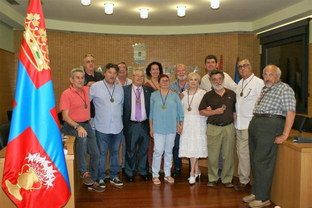 Los homenajeados posan en el salón de plenos del Ayuntamiento de Nájera. :: F. D.
