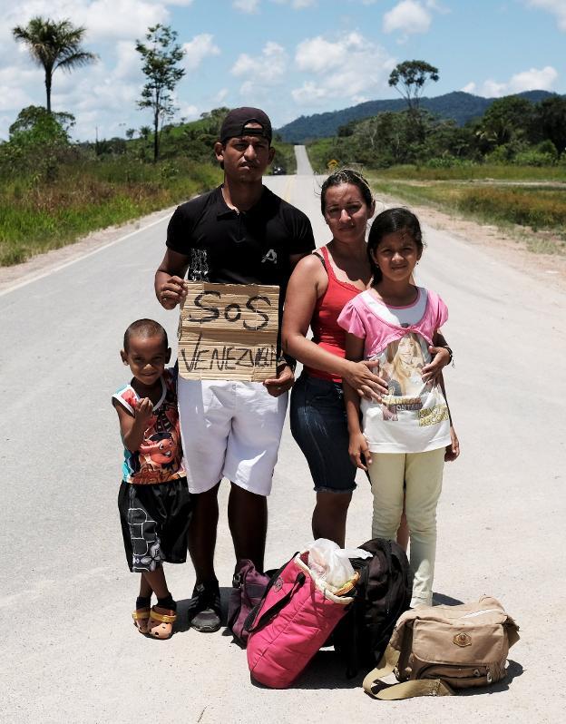 Una familia venezolana, camino de la ciudad brasileña de Boa Vista. :: nacho doce/ reuters/