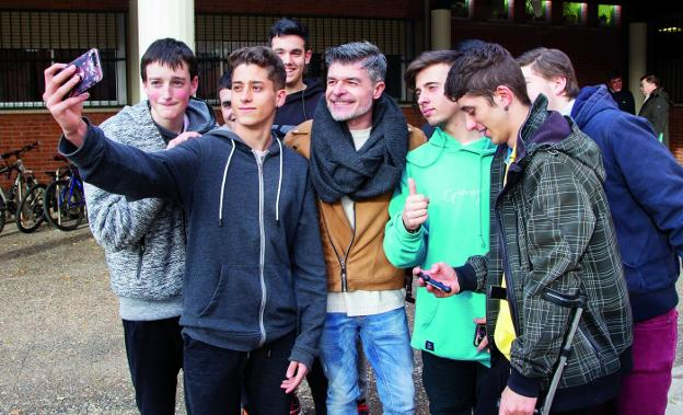 Los estudiantes aprovecharon la visita de Nacho Guerreros para hacerse un selfie con el actor calagurritano. :: díaz uriel /