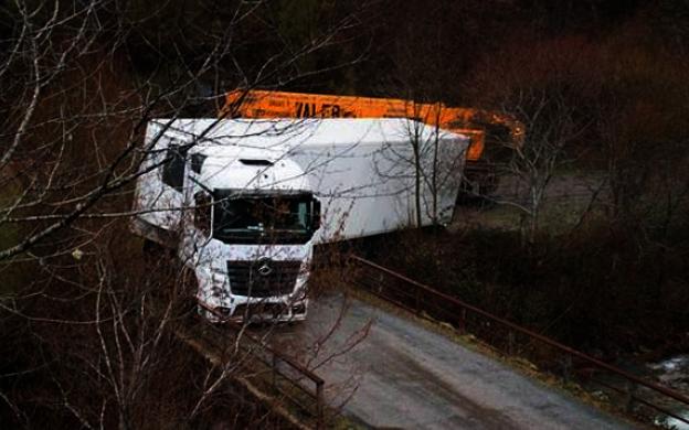 14 de enero de 2016: atrancado un camión ruso en Puente Canillas, en la aldea de Posadas