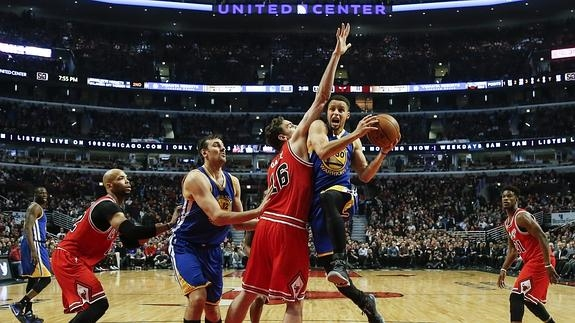 El jugador de Warriors Stephen Curry (2-d) intenta un lanzamiento ante Pau Gasol (c) de Bulls./
